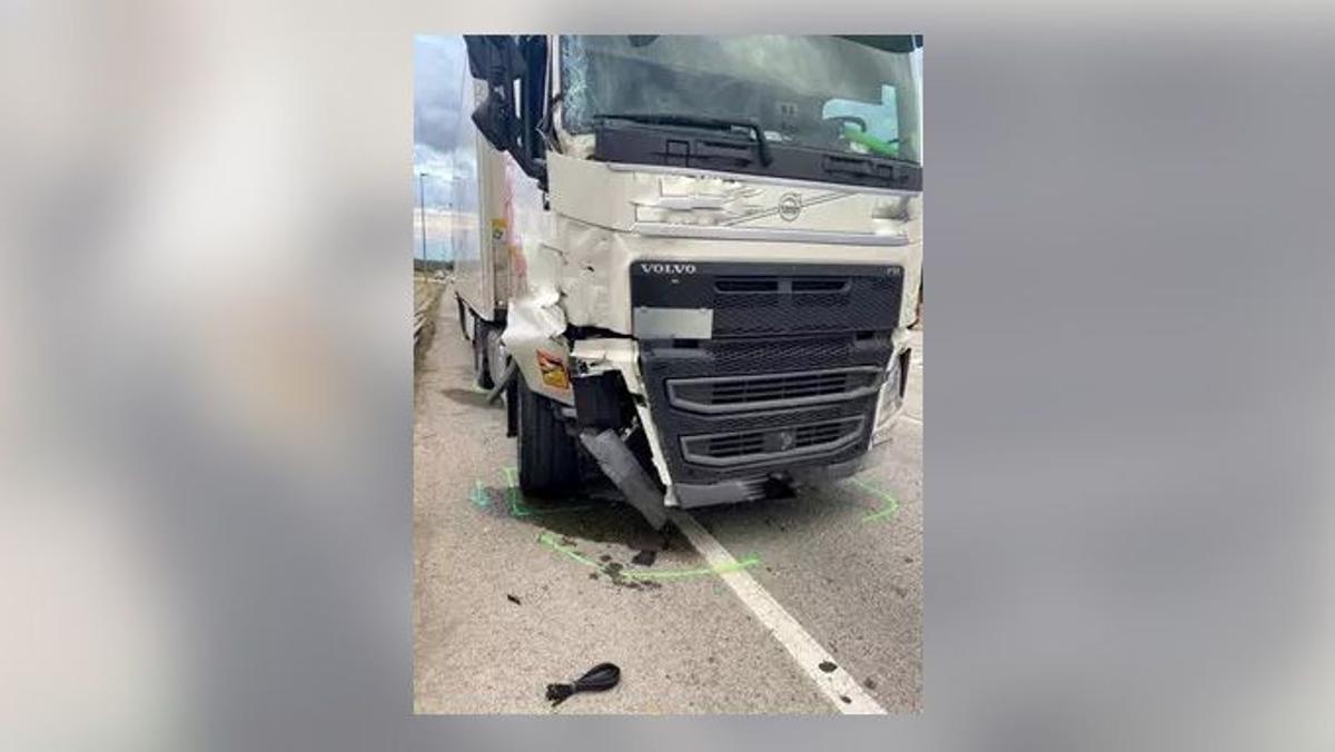 Imagen de la parte frontal del camión que ha provocado un accidente mortal en La Jonquera este fin de semana