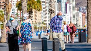 Personas paseando por una zona costera.