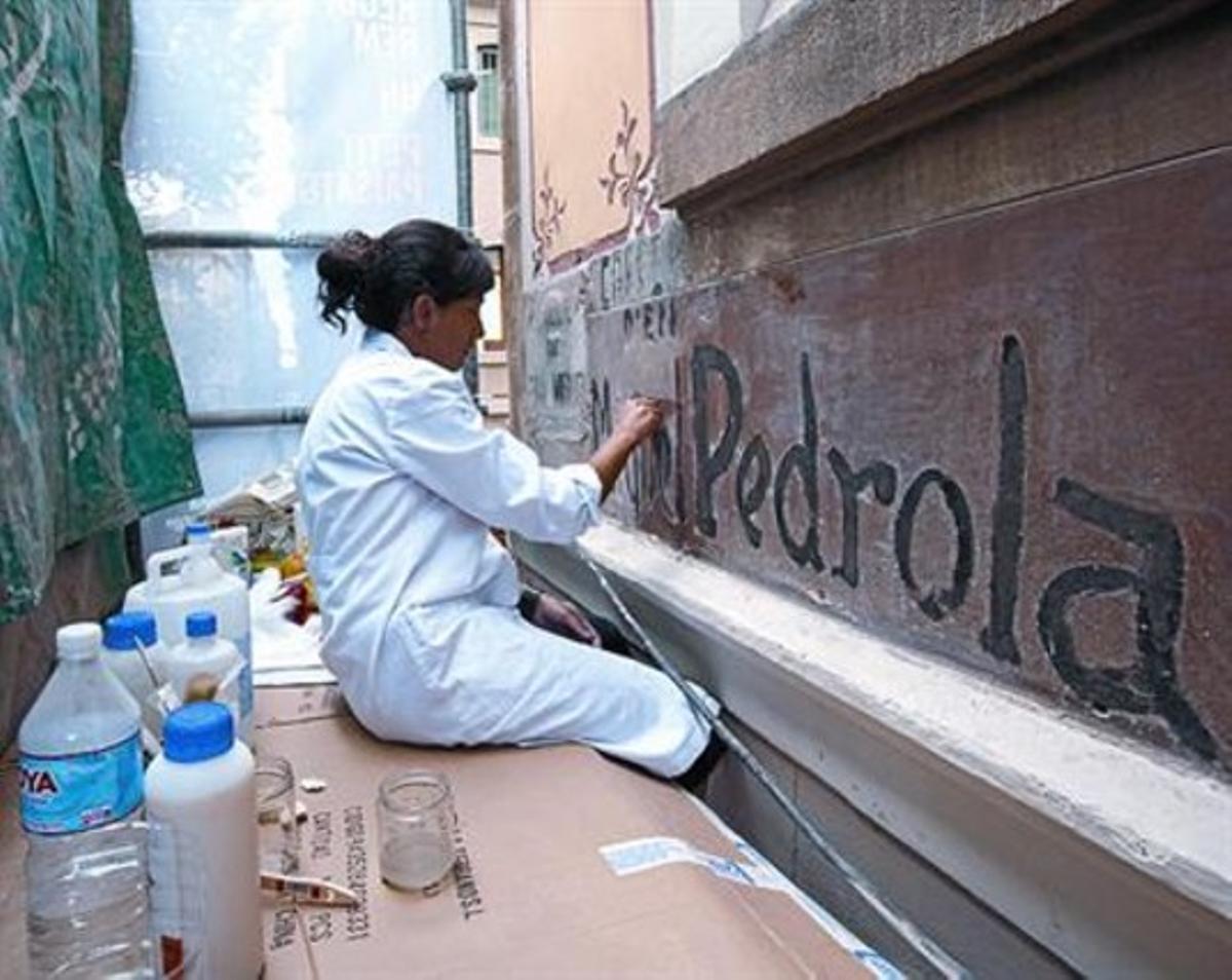 La restauración 8 Una joven trabaja para proteger la inscripción.
