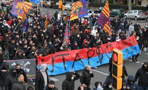 Aficionados del Barça sostienen una pancarta insultando al PSG, en los alrededores del Camp Nou antes de empezar el partido entre ambos equipos.