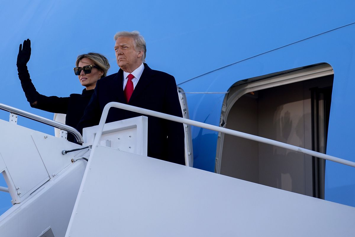 Donald y Melania Trump se despiden antes de entrar en el Air Force One.