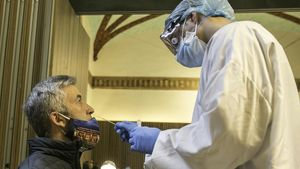 Un sanitario realizando un test PCR en Barcelona