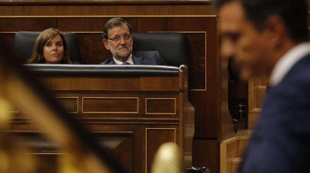 Sánchez interviene en el Congreso ante Rajoy y Santamaría, el pasado mes de agosto.