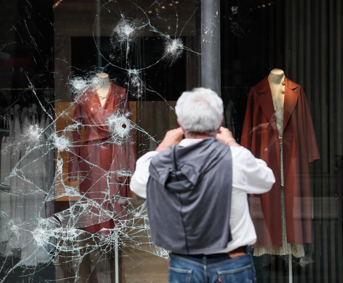 Un hombre observa un escaparate atacado el pasado 22 de agosto de 2021 en San Sebastián, en otra madrugada de disturbios.