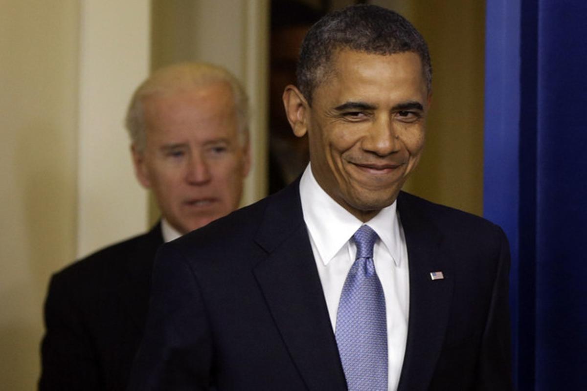 Barack Obama, en primer término, sonríe, junto a Joe Biden, tras lograr el acuerdo para salvar el abismo fiscal.