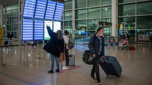 La UE endurece las restricciones en los viajes entre paises por la pandemia de Coronavirus  Covid  Pasajeros buscando su vuelo en los paneles informativos