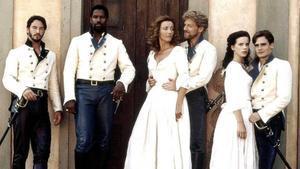 Denzel Washington, segundo por la izquierda, como Don Pedro de Aragón en 'Mucho ruido y pocas nueces'.