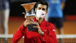 Djokovic muestra el trofeo de campeón del Masters 1000 de Roma.