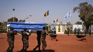 Soldados llevan el ataúd de uno de los cuatro cascos azules que murieron en un ataque en enero en Malí.