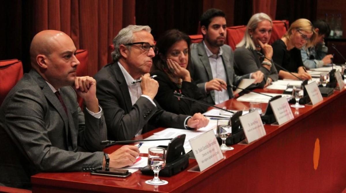 De izquierda a derecha, Saül Gordillo yJaume Peral, responsables de Catalunya Ràdio y TVC, respectivamente, y Núria Llorach, presidenta de la CCMA.