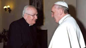 El sacerdote Fernando Vérgez Alzaga, a la izquierda, saluda al Papa Francisco en el Vaticano.