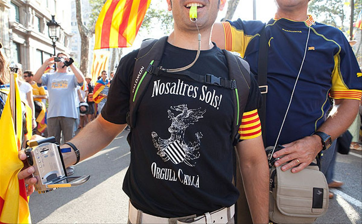 Els manifestants han anat a la manifestació amb samarretes de tota mena amb missatges a favor de la independència.
