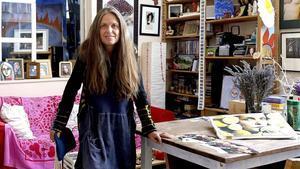 La artista Ouka Leele, con algunas de sus obras.
