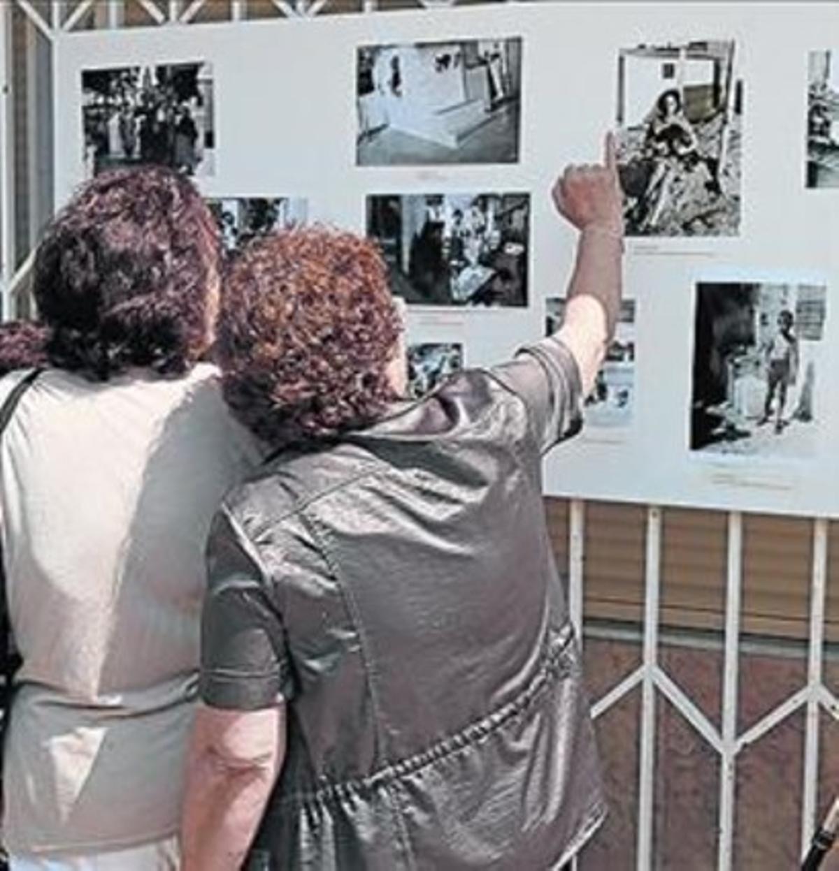 Vecinos miran las fotos antiguas, ayer.