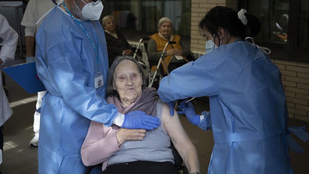 Enfermeras vacunan a una residente del geriátrico Sant Pere de les Fonts de Terrassa, el jueves.
