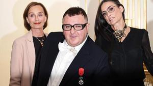 Alber Elbaz, en París, junto a las actricesDemi Moore y Kristin Scott Thomas.