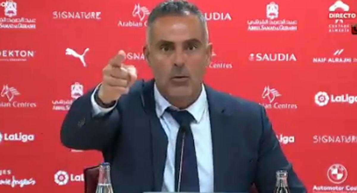 L'enuig de l'entrenador de l'Almeria que s'ha tornat viral: «¡Respecte!»