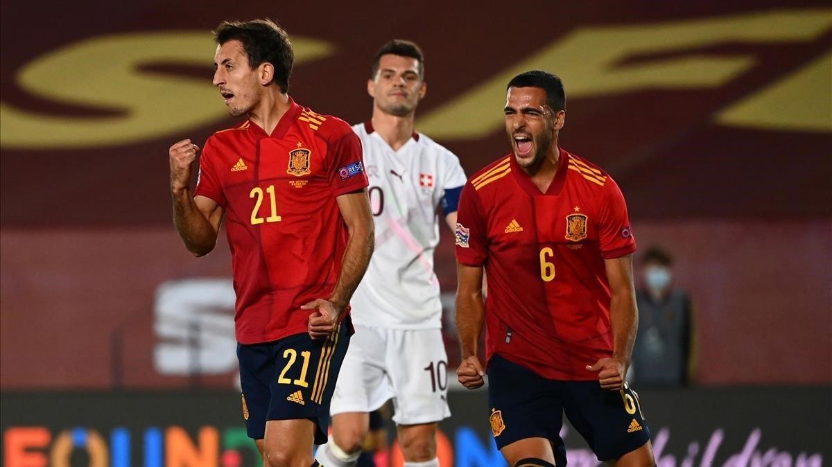 Oyarzabal celebra su gol nacido gracias a un robo de balón de Merino, detrás suyo.