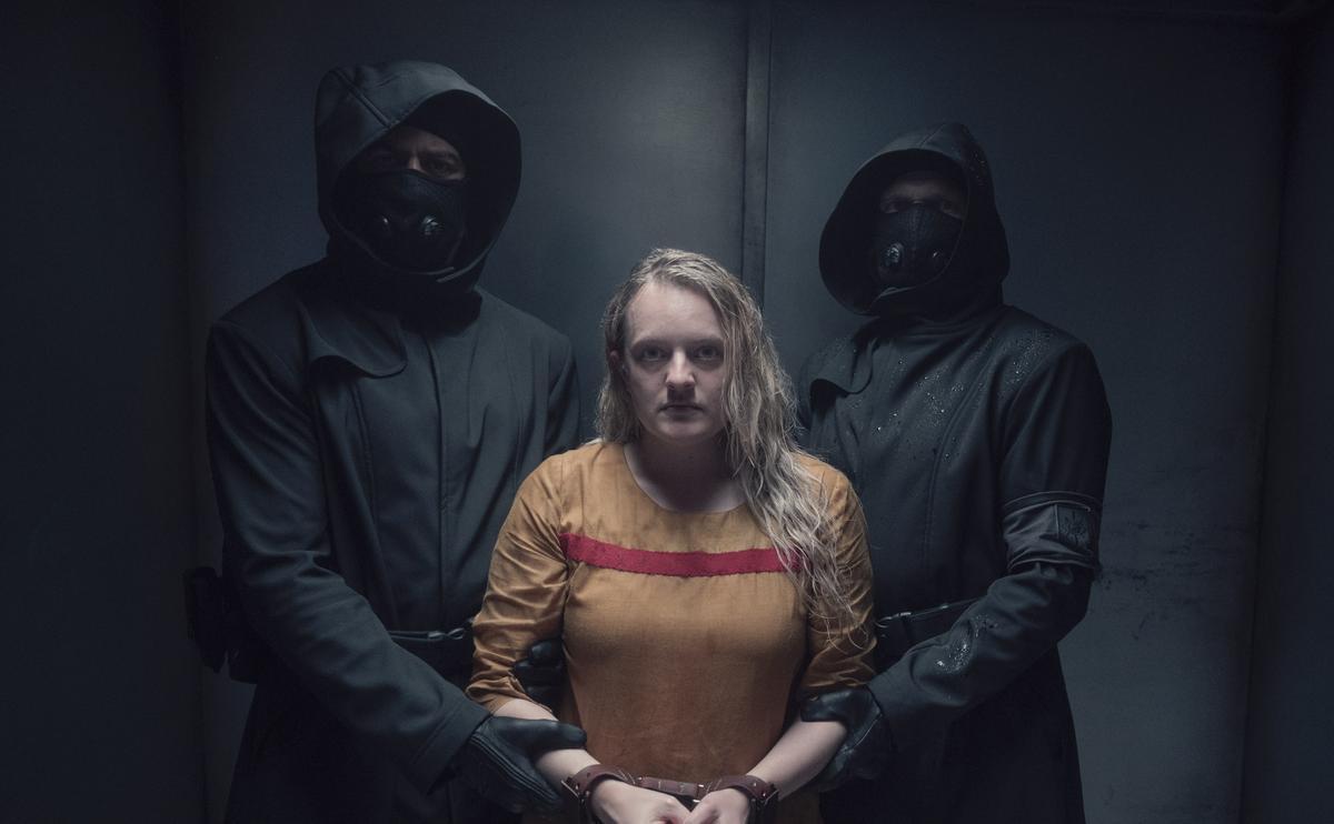 Elisabeth Moss, en el centro, en una imagen de la nueva temporada de 'El cuento de la criada'.