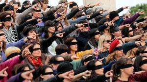 Mujeres de la Asamblea feminista de València realizan 'El violador eres tú', el pasado 13 de diciembre.