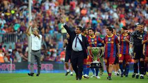 Laporta pasea junto a Messi por el Camp Nou celebrando la Liga 2009-10.