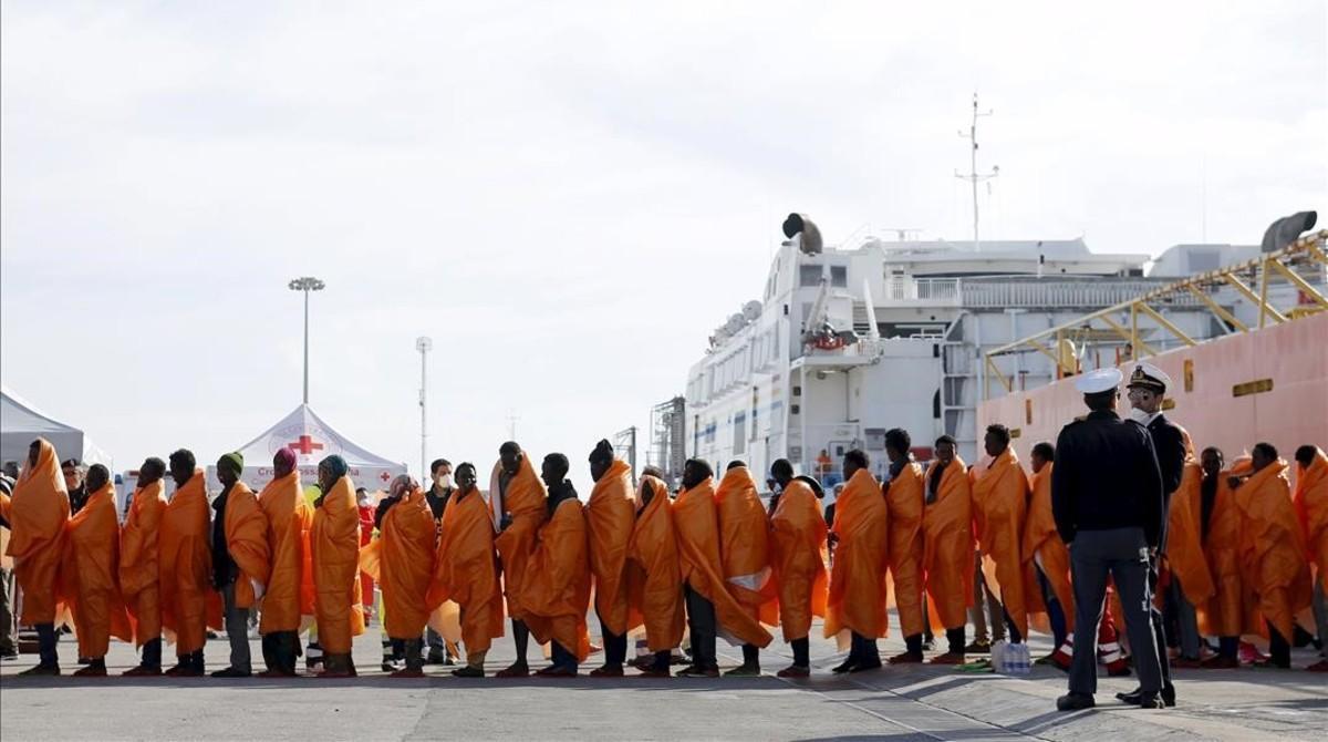 Ungrupo de inmigrantes desembarca del ferrynoruego Siem Pilot en el puerto de Pozzalo, en Italia.