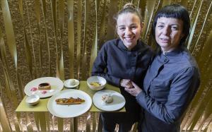 Las chefs de Les Cols Fina Puigdevall y su hija Martina Puigvert, con las cuatro recetas de Navidad que proponen para los lectores de EL PERIÓDICO.