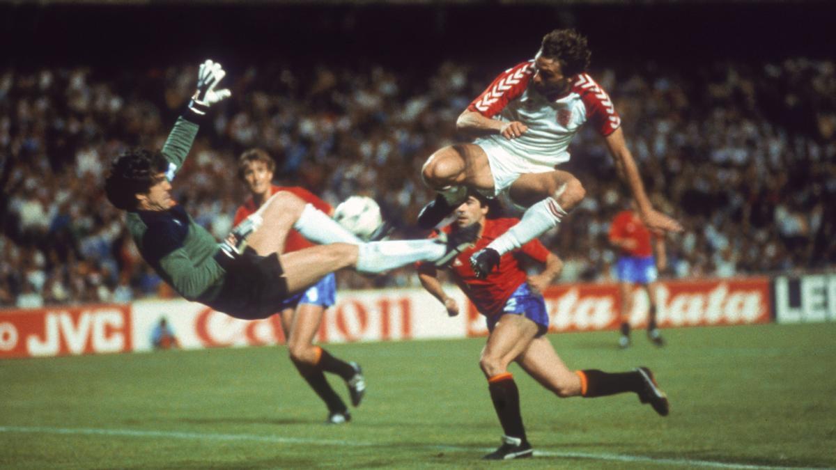 Arconada desbarata un ataque danés en las semfinales de la Eurocopa de 1984.