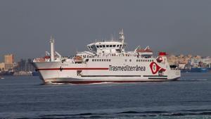 Un barco de Transmediterránea en dirección a Algeciras con españoles que habían quedado  atrapados en Marruecos