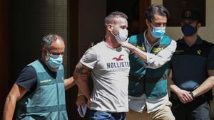 David S. escoltado tras ser detenido por la muerte de Wafaa Sebbah, en Carcaixent (Valencia).