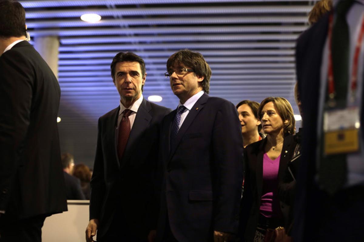 El ministro José Manuel Soria;el 'president' de la Generalitat, Carles Puigdemont; la alcaldesa de Barcelona, Ada Colau, y la presidenta del Parlament, Carme Forcadell, en la inauguración del Mobile World Congress.