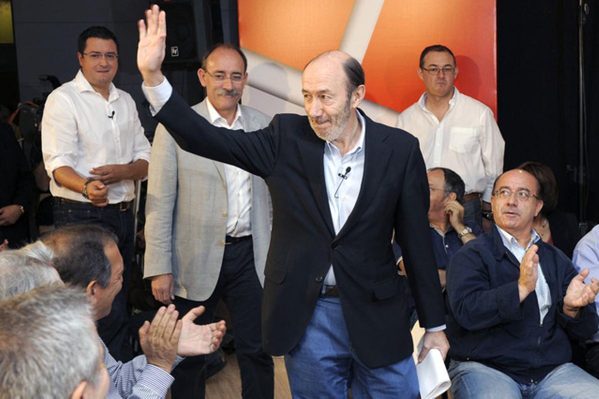 Alfredo Pérez Rubalcaba saluda a su llegada al acto sobre educación celebradoen Valladolid.