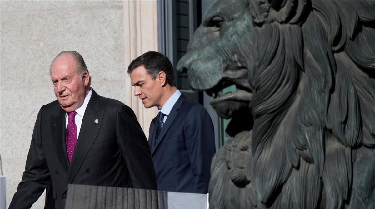El rey emérito Juan Carlos I con el presidente del Gobierno, Pedro Sánchez, en diciembre del 2018.