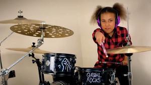 Nandi Bushell toca la batería desde los 5 años.