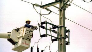 Un equipo técnico repara un poste de electricidad.