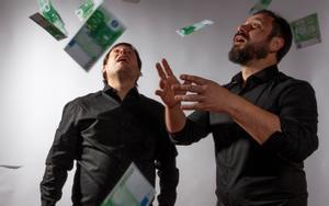 Albert Requena (izquierda) y Felipe Cabezas protagonizan esta farsa económica.