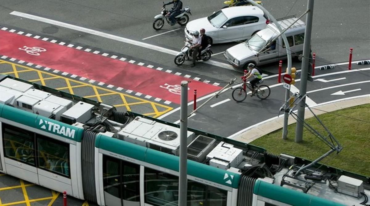 Un ciclista cruza la rotonda por fuera del carril bici para ir más rápido,