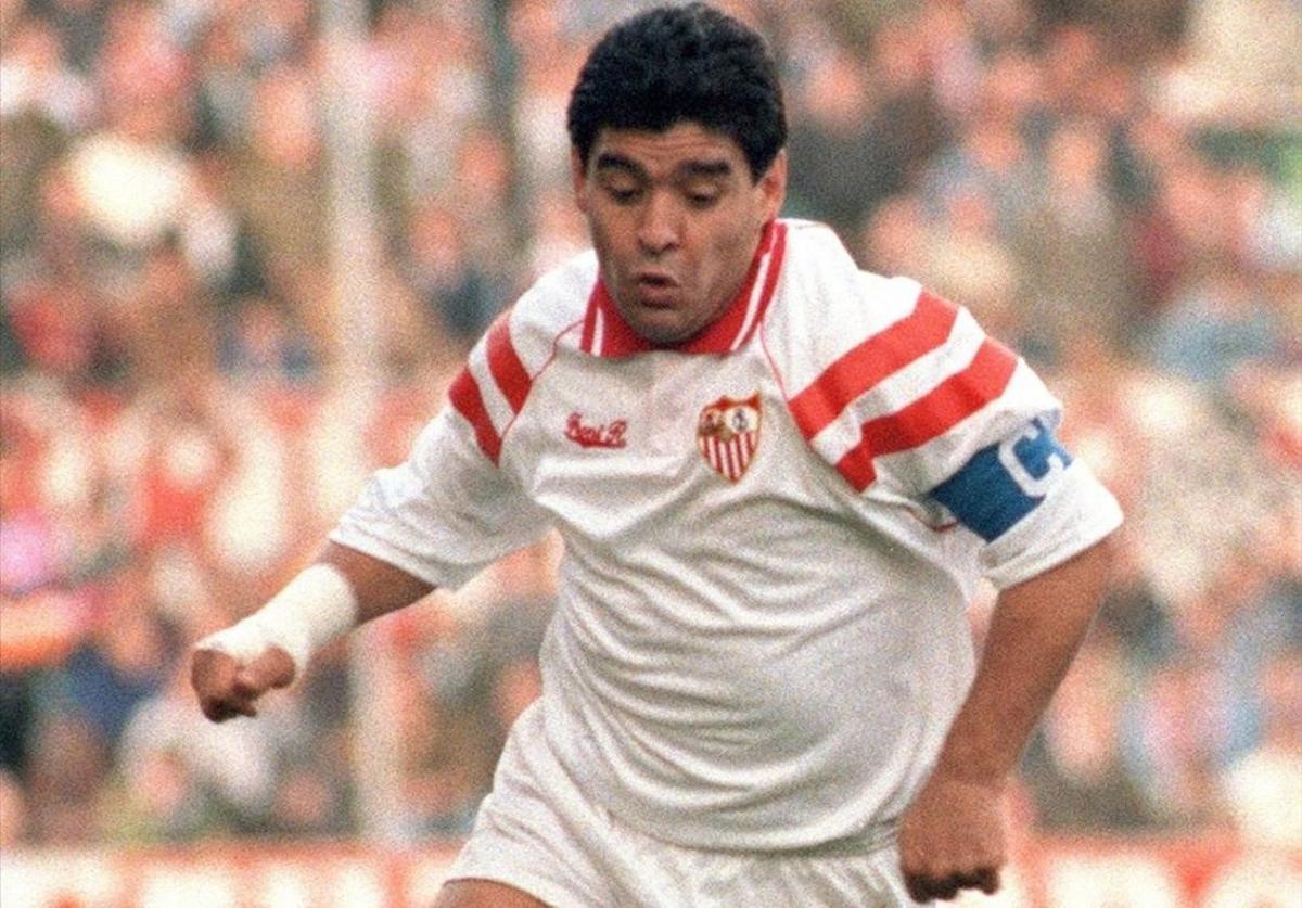 Maradona, en un partido con la camiseta del Sevilla, en marzo de 1993.