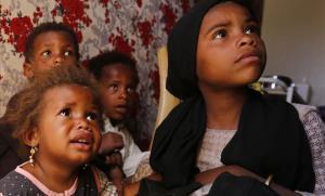 Niños yemenís aguardan para recibir atención médica en el campo de desplazados de Amrán.