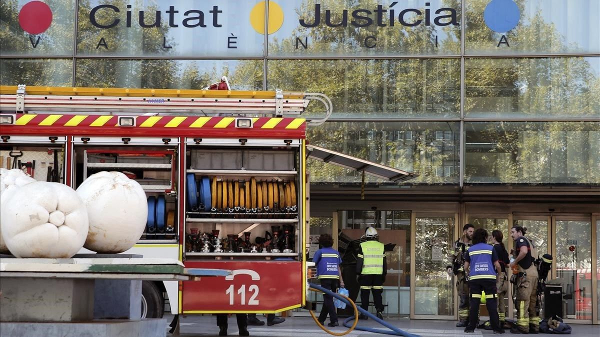 Los bomberostratan de sofocar un incendio en la Ciudad de la Justicia de Valencia.