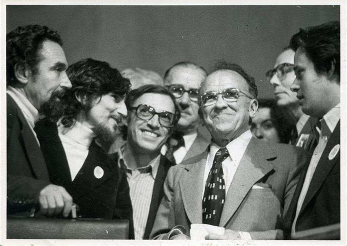 Santiago Carrillo, segon per la dreta, en companyia dels dirigents del PSUC Antoni Gutiérrez, Alfonso Carlos Comín i Jordi Solé Tura.