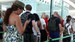 Cola en el aeropuerto de El Prat.