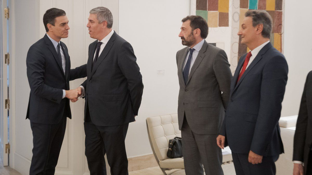 José Vicente de los Mozos saluda a Pedro Sánchez en la Moncloa.