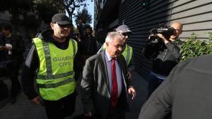 El tesorero de CDC, Andreu Viloca, a su entrada en la sede del partido, escotado por agentes de la Guardia Civil.