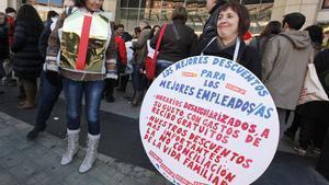 Trabajadores de diferentes empresas de grandes almacenes, como El Corte Inglés, Carrefour, Alcampo, ante el Centre Comercial de Diagonal Mar por la reduccion salarial de la patronal Anged, el jueves pasado.