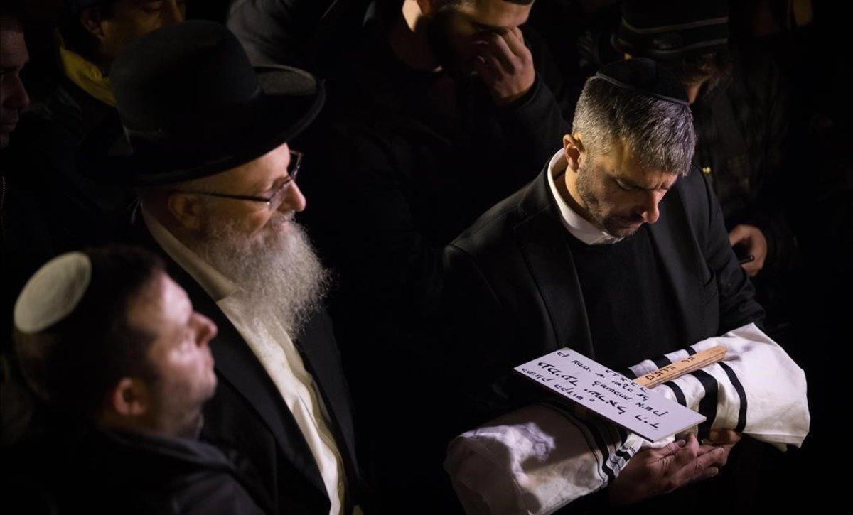 Funeral del bebéde Amichai y de la familia Shira Ish-Ran en el cementerio judio del Monte de los Olivos. El bebénació con asistenciadespues de que su madre embarazada de ocho meses quedara en estado critico en un ataque con arma de fuego en Cisjordania.