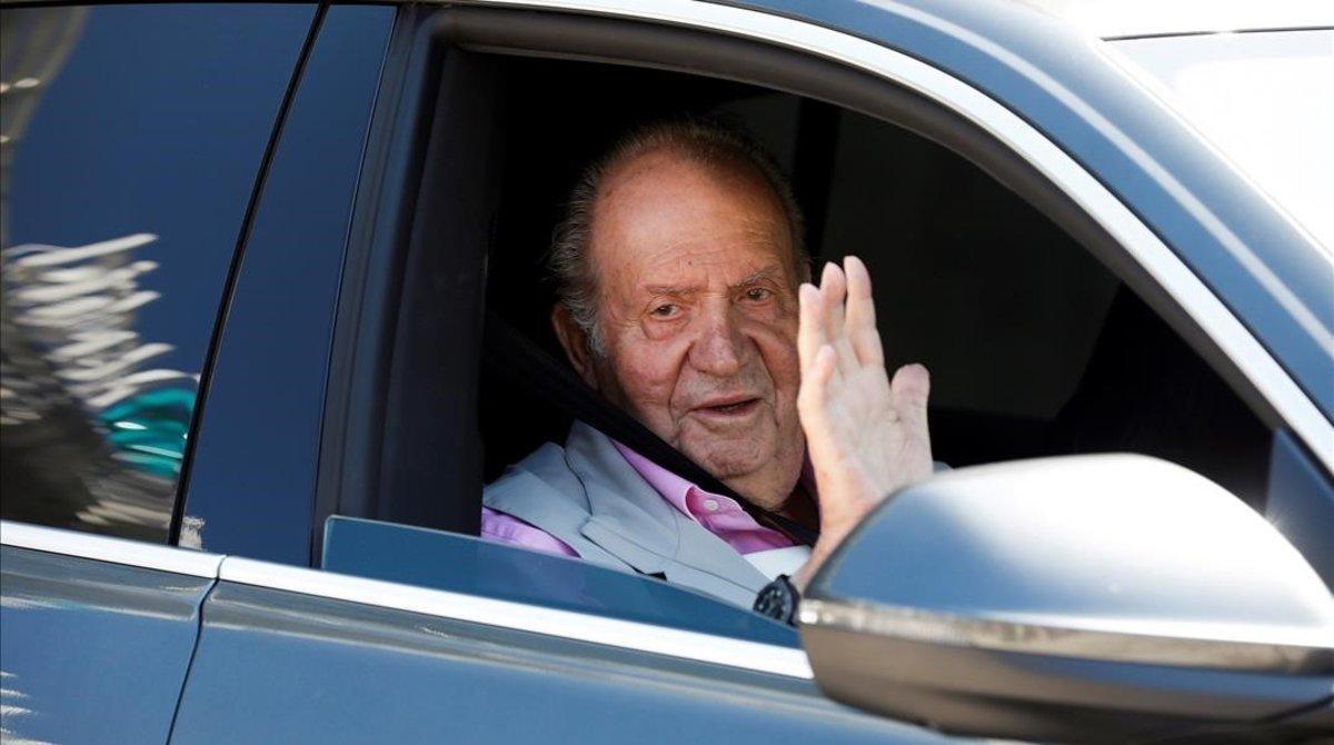 El rey Juan Carlos I, a su salida de la Clínica Quirón Madrid, de Pozuelo de Alarcón.