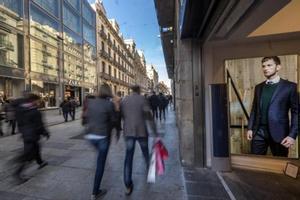 Consumidores de compras en festivo en el Portal de l'Àngel de Barcelona el pasado mes de diciembre.