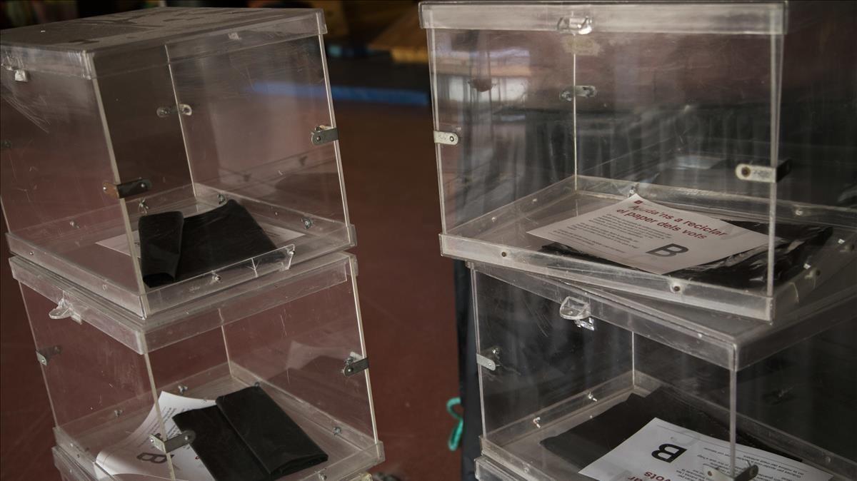 Urnas preparadas en un colegio de Barcelona para las elecciones de 2017.