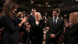 Isabel-clara Simó y Carles Puigdemont, en el acto de entrega del Premi d'Honor de les Lletres Catalanes